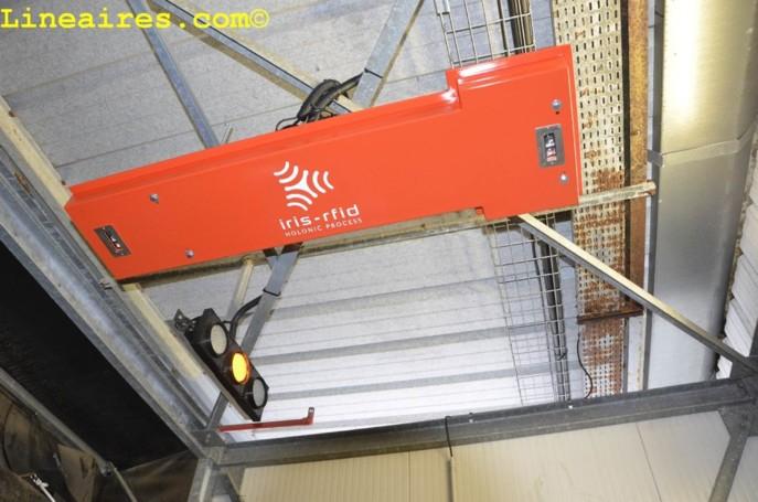 Un gros plan sur le capteur RFID en entrepôt