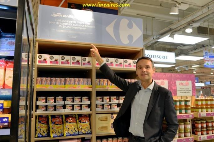 Bertrand Swiderski, directeur RSE (responsabilité sociale des entreprises) du groupe Carrefour, devant le meuble dédié aux produits d'épicerie dont la date de durabilité est dépassée.