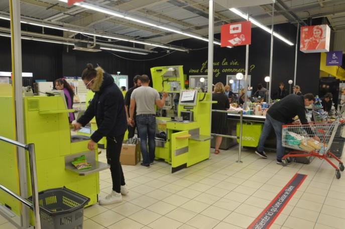 124 postes de management de ligne de caisses sont supprimés dans les Auchan français. Les caissières seront par ailleurs formées pour être plus polyvalentes sur l'encaissement : caisses automatiques, self-scanning, etc. Photo : Linéaires.