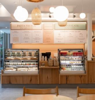 Le nouveau comptoir de plats à consommer sur place ou à emporter d'Eataly Paris : le Pasta fresca Bar & Le insalate. Photo : Eataly.