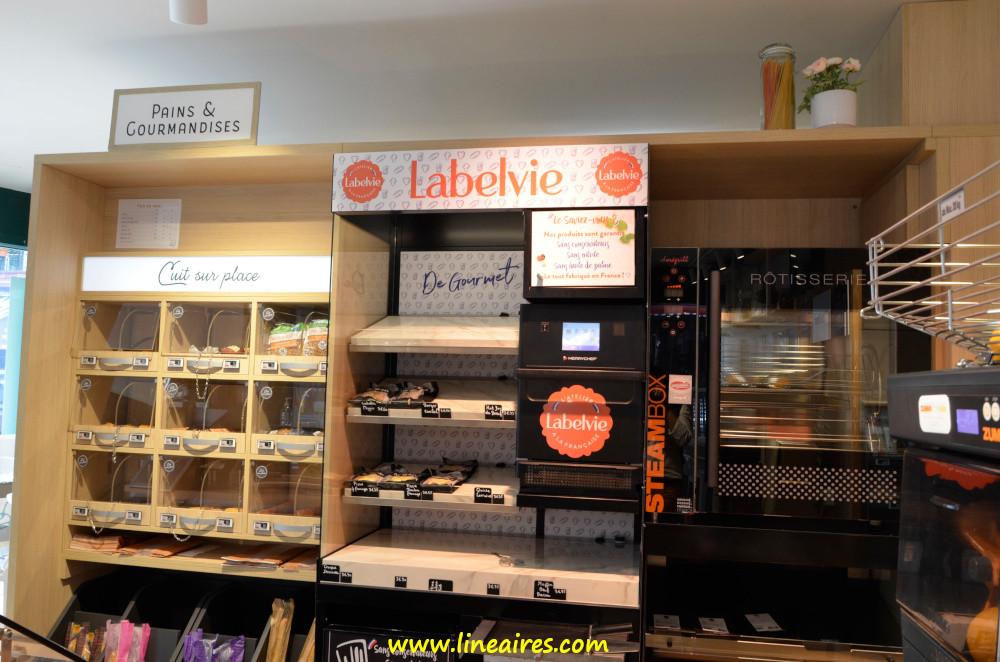 Pour les solutions repas, outre un bar à salades Mix Buffet, Intermarché Relais s'est doté d'un concept Labelvie : les pizzas et croque-monsieur sont passés au four et maintenus à température, pour la vente, sur des plaques chauffantes. Une rôtisserie complète l'offre du point chaud.