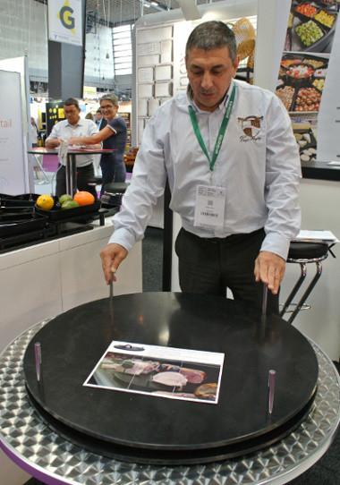 Le plateau tournant Stellinox supporte 50 kg de jambon