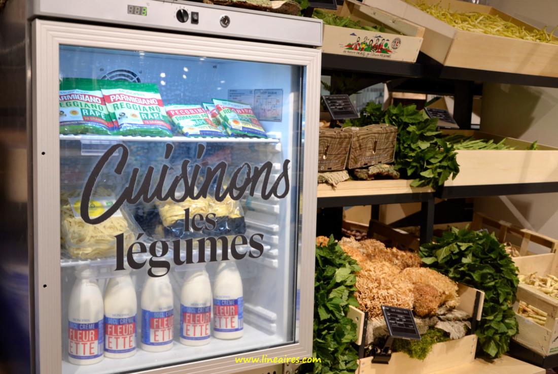 Au rayon fruits et légumes, des vitrines de cross-merchandising proposaient de quoi composer des recettes.