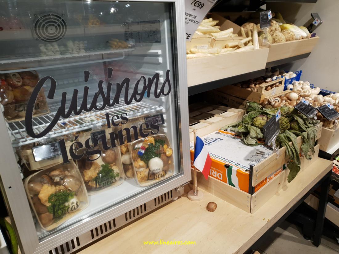 Aujourd'hui, les petites vitrines sont plus sagement remplies de produits du rayon fruits et légumes.