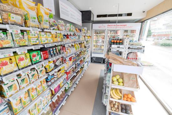 Le container est aménagé comme un petit magasin de 18 mètres carrés.