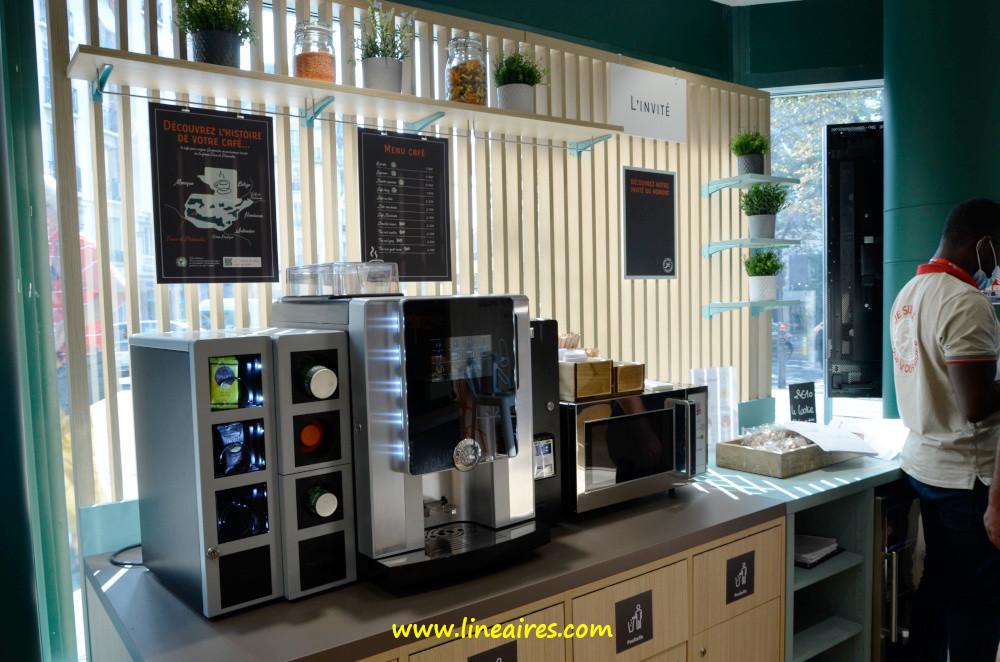 """Un corner boissons chaudes permet de se servir un café, un thé ou un chocolat (paiement à la machine). À côté, un espace réservé à une marque """"invitée"""" : ici les cookies Ferdinand."""