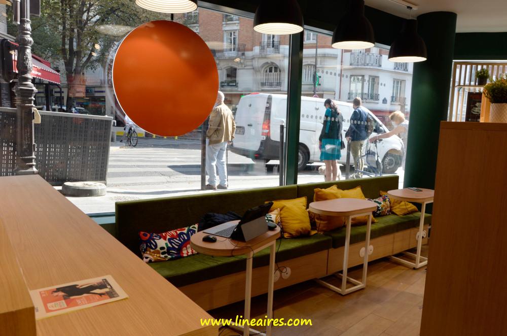 Quelques tables et un comptoir permettent de s'installer pour se restaurer ou pourquoi pas travailler. Chaque place dispose d'une prise électrique.