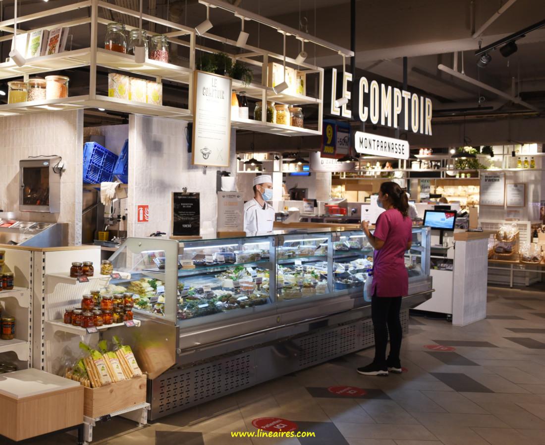 """""""Le comptoir""""était un kiosque traiteur original, proposant viandes et végétaux cuisinés, ainsi qu'un assortiment de plats grecs (Mavrommatis), italiens (Pastavino) et asiatiques (Tafa)."""